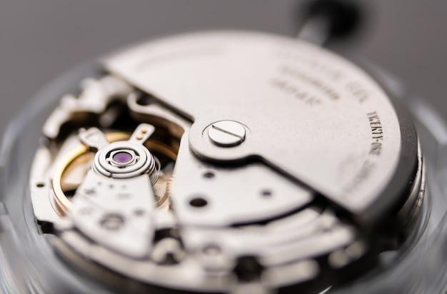 Zbliżenie na mechanizm zegarka z naciągiem automatycznym, czekający na naprawę