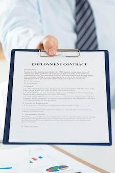 Zbliżenie na menedżera ds. zasobów ludzkich oferującego kandydatowi umowę o pracę. nowa koncepcja pracy, współpracy i nowych możliwości