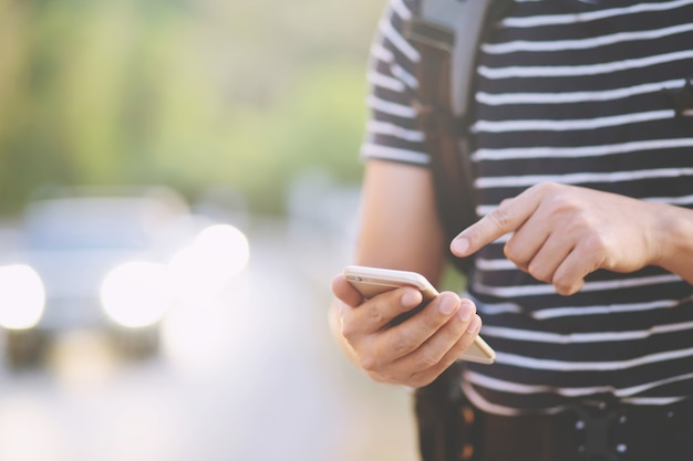 Zbliżenie na męskie ręce trzymając telefon komórkowy
