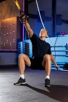 Zbliżenie na mężczyznę wykonującego trening crossfit