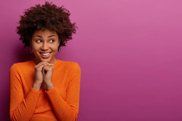 Zbliżenie na młodą atrakcyjną i charyzmatyczną kobietę na białym tle