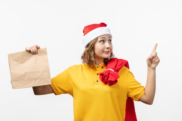 Zbliżenie na młodą ładną kobietę noszącą świąteczny kapelusz na białym tle