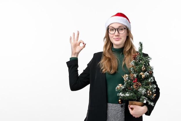 Zbliżenie Na Młodą ładną Kobietę Noszącą świąteczny Kapelusz Na Białym Tle Darmowe Zdjęcia