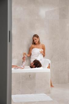 Zbliżenie na młodą parę biorącą kąpiel