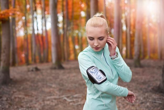 Zbliżenie na młodą piękną kobietę joggingu
