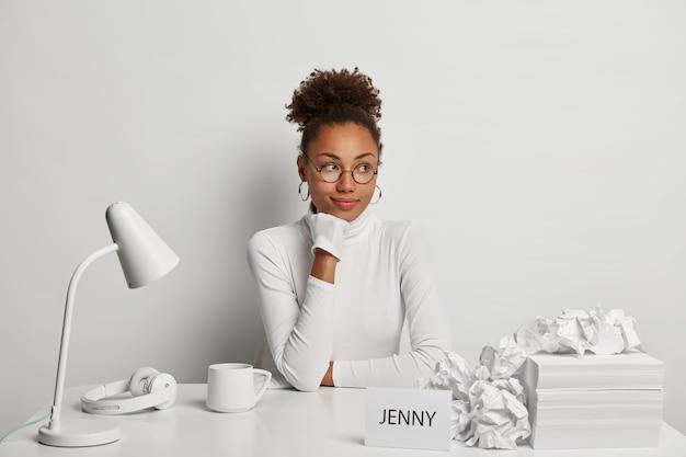 Zbliżenie na młodą piękną kobietę przy biurku