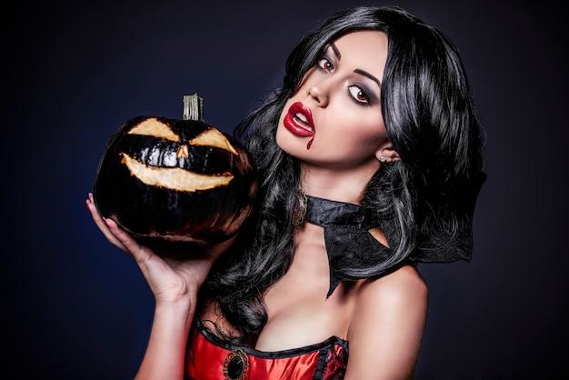 Zbliżenie na młodą piękną kobietę ubraną na halloween