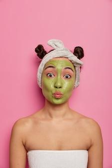 Zbliżenie na młodą piękną kobietę z maseczką na twarz