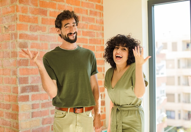 Zbliżenie na młoda szczęśliwa para w domu