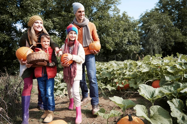 Zbliżenie Na Młode I Szczęśliwe Rodziny Spędzające Razem Czas Darmowe Zdjęcia