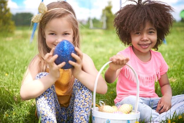 Zbliżenie na młode piękne dzieci bawiące się razem