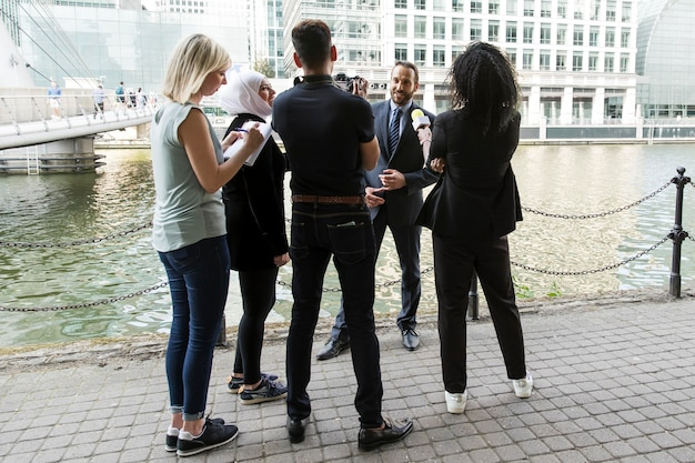 Zbliżenie na młodego biznesmena podczas rozmowy kwalifikacyjnej