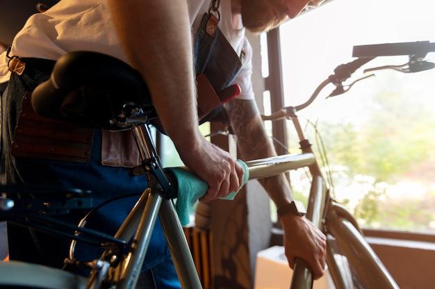 Zbliżenie na młodego biznesmena w sklepie rowerowym