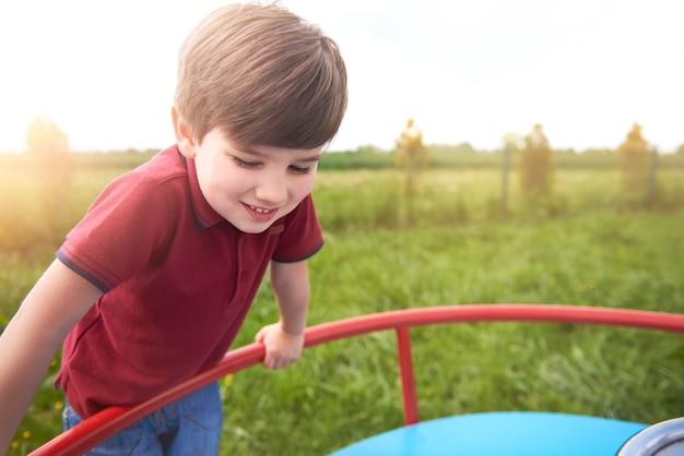 Zbliżenie na młodego chłopca ładny zabawę
