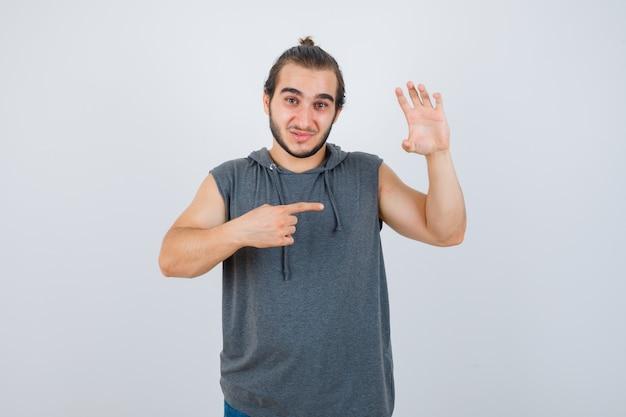 Zbliżenie na młodego człowieka gestykuluje na białym tle