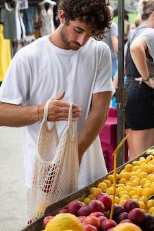 Zbliżenie na młodego człowieka na targu spożywczym