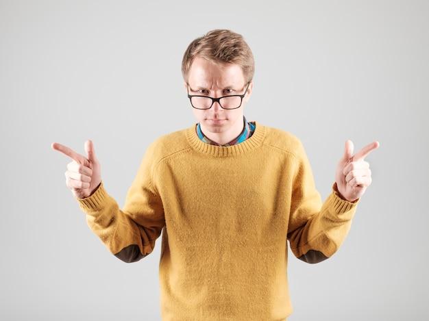 Zbliżenie na młodego człowieka w okularach na białym tle