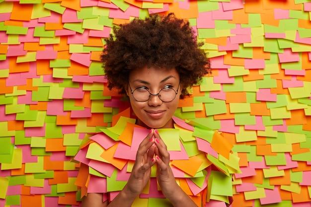 Zbliżenie na młodego studenta otoczonego karteczkami