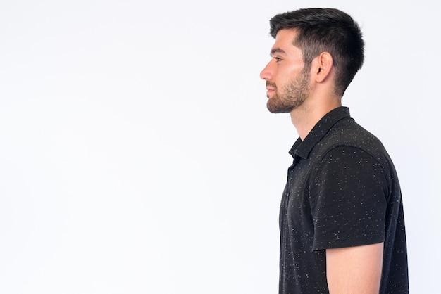 Zbliżenie na młody przystojny brodaty mężczyzna perski na białym tle