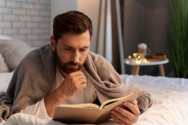 Zbliżenie na młodych dorosłych cieszących się czytaniem