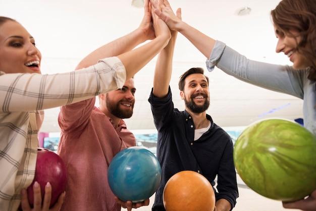 Zbliżenie na młodych przyjaciół korzystających z kręgli