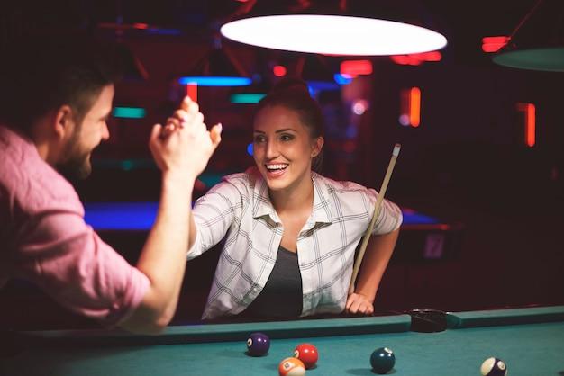 Zbliżenie na młodych przyjaciół, którzy bawią się podczas gry w bilard