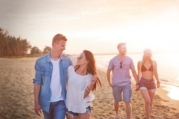 Zbliżenie Na Młodych Przyjaciół, Zabawy Na Plaży Darmowe Zdjęcia