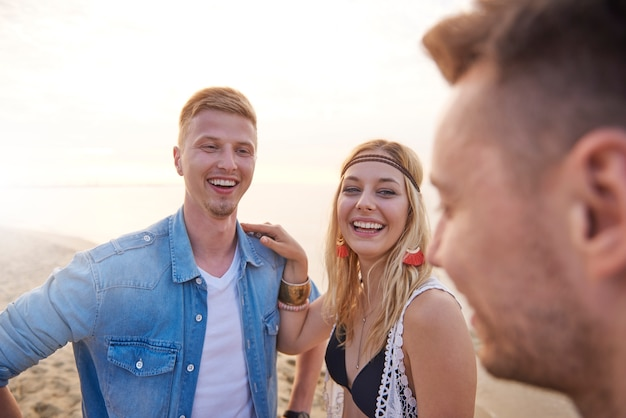 Zbliżenie na młodych przyjaciół, zabawy na plaży
