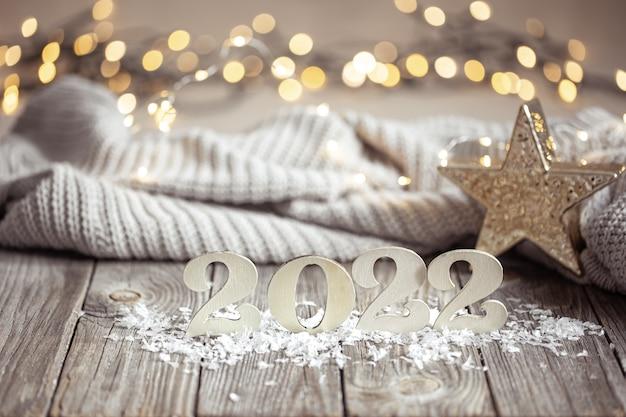 Zbliżenie na nadchodzący rok numer z dzianiny elementem i bokeh na niewyraźne tło.