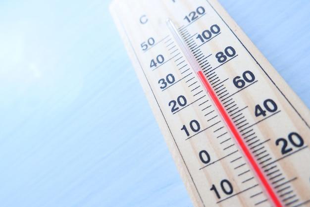 Zbliżenie na narzędzia do pomiaru temperatury na stole.
