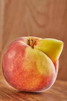Zbliżenie na niedoskonałą i zdeformowaną brzoskwinię