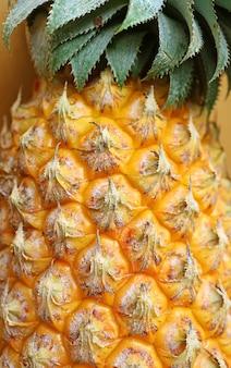 Zbliżenie na niesamowity szczegół świeżego dojrzałego ananasa