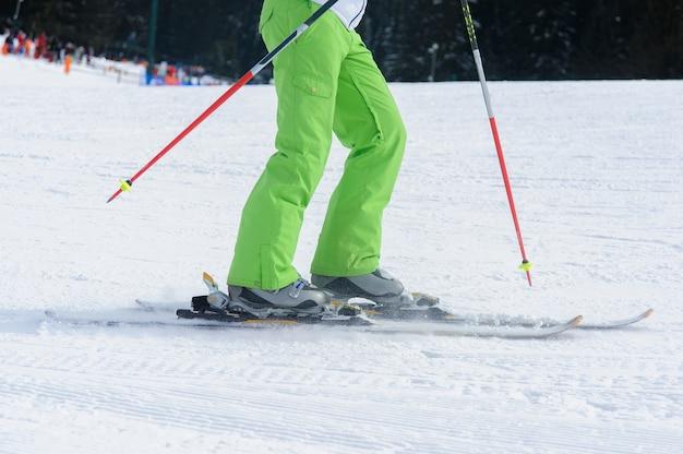 Zbliżenie na niski kąt narciarski