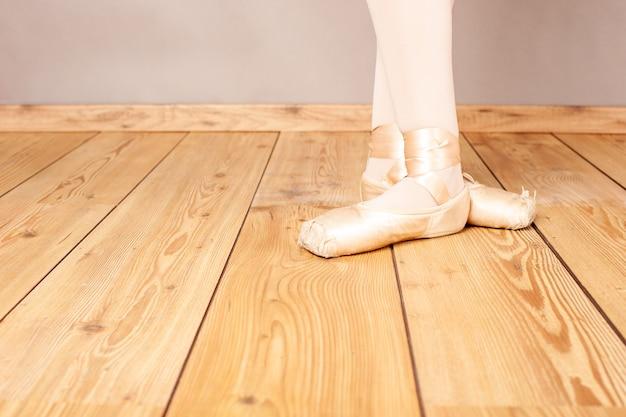 Zbliżenie na nogi baletnicy