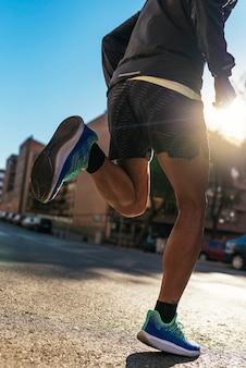 Zbliżenie na nogi biegacza w mieście. fitness, trening, sport, koncepcja stylu życia.
