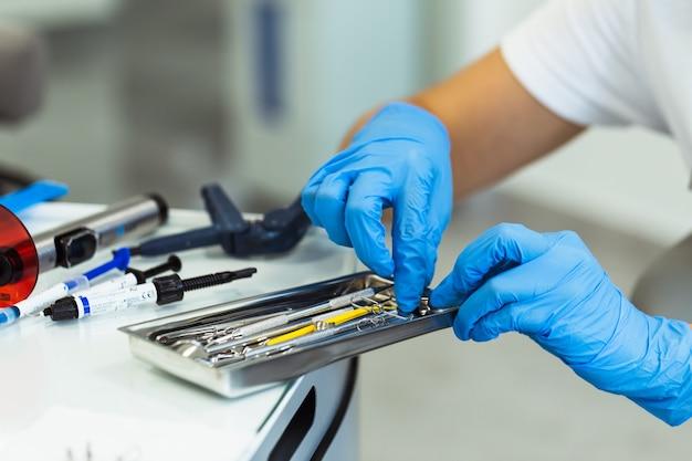 Zbliżenie na nowoczesne narzędzia dentysty