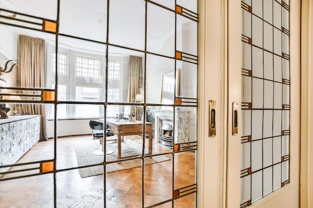 Zbliżenie na nowoczesny dom ze szklanymi drzwiami