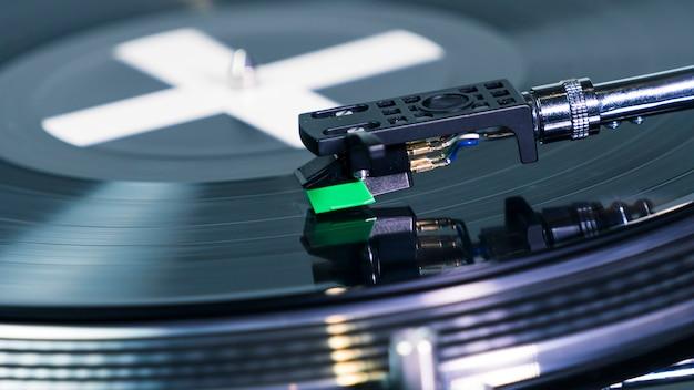 Zbliżenie na nowoczesny gramofon gramofonowy z płytą muzyczną igła na płycie winylowej