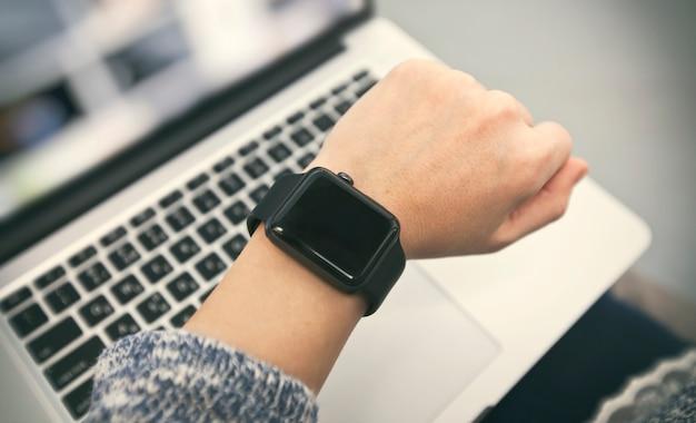 Zbliżenie na nowoczesny inteligentny zegarek na rękę kobiety