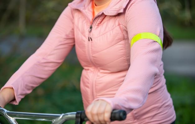 Zbliżenie na odblaskowy żółty klaps, taśma lub element odzieży na rękach, koncepcja bezpieczeństwa transportu