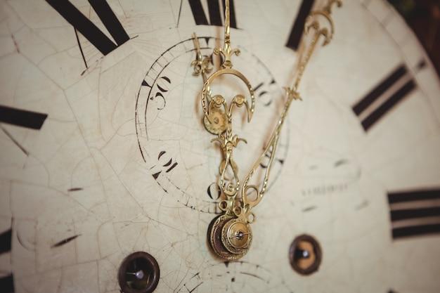 Zbliżenie na okrągły zegarek
