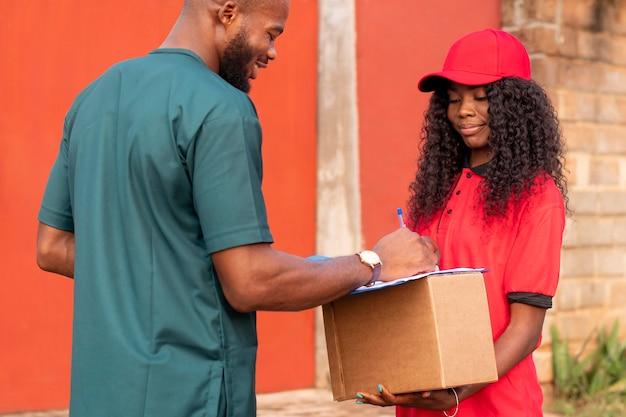 Zbliżenie na osobę dostarczającą paczkę klientowi