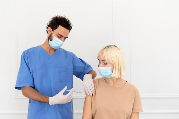 Zbliżenie na osobę, która się szczepi