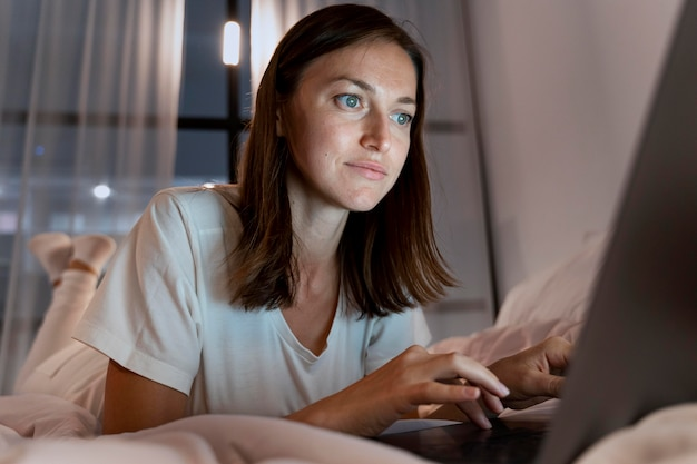 Zbliżenie na osobę pracującą w domu w nocy