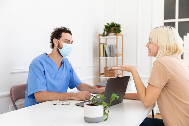 Zbliżenie na osobę rozmawiającą z lekarzem na temat szczepień
