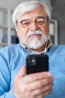 Zbliżenie na osobę starszą podczas nauki