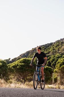 Zbliżenie na osobę z rowerem elektrycznym