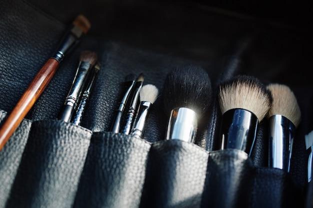 Zbliżenie na otwarty organizer z pędzlami do makijażu