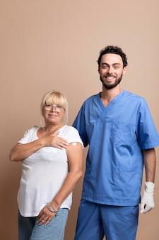 Zbliżenie na pacjenta po zaszczepieniu