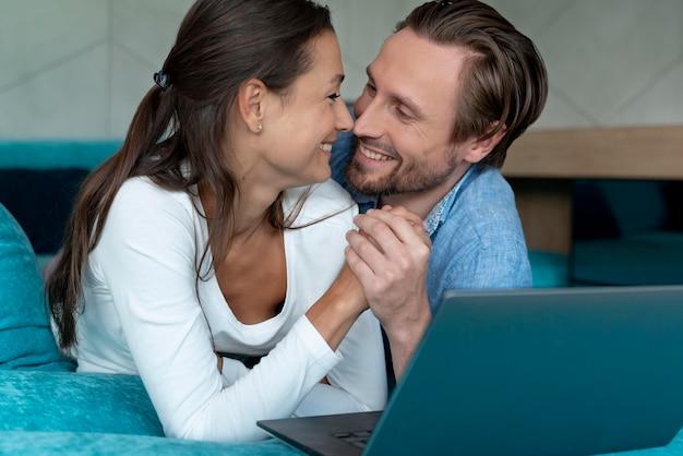 Zbliżenie na parę w domu dzielącą się delikatnymi chwilami